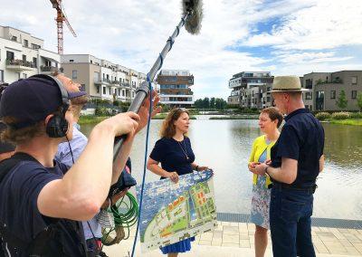 BUWOG Geschäftsführerin Eva Weiss beim ZDF Interview im nachhaltigen Quartier 52 Grad Nord. Foto Michael Divé